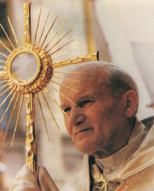 pope_with_monstrance20051005