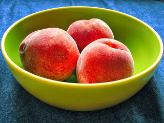 Bowl_of_peaches_with_colour_enhanced